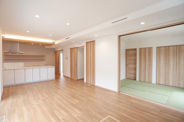 木目を基調とし、和室も備えた広々22帖のLDK