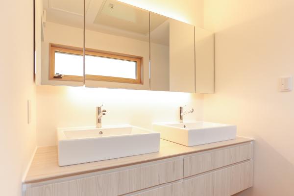 洗面台はゆったり使える2台仕様