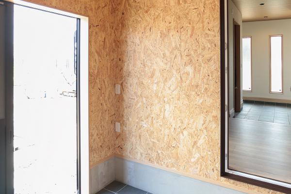 アウトドア用品を収納できる室内と出入りできる外部収納